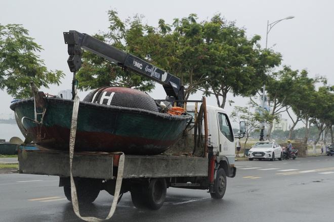 Hàng trăm tàu thuyền Đà Nẵng ngược dòng, nối đuôi nhau tiến vào sông Hàn tránh bão - ảnh 13