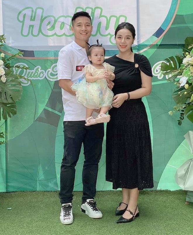 Khánh Linh (single mom) mất điểm khi đăng ảnh hạnh phúc bên Bùi Tiến Dũng trong ngày khai trương quán mới - ảnh 1
