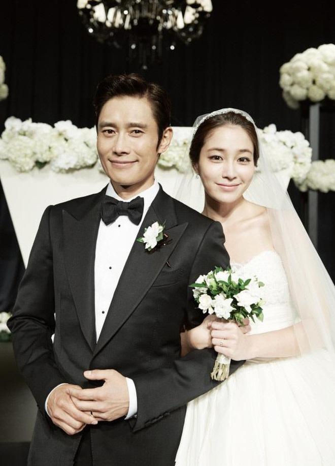 Không phải ông xã Lee Byung Hun, quý tử nhỏ mới là người lo lắng nhất khi thấy mỹ nhân Vườn Sao Băng đóng cảnh hôn - ảnh 5