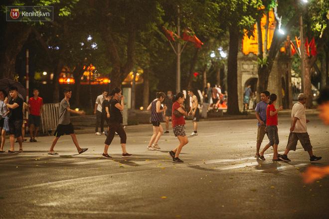 Ảnh: Trời vào Thu mát mẻ, người Hà Nội vui vẻ dạo chơi sau khi phố đi bộ hoạt động trở lại - ảnh 29