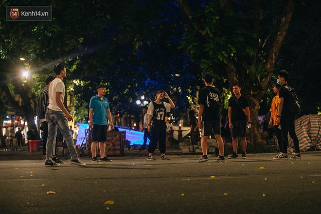 Ảnh: Trời vào Thu mát mẻ, người Hà Nội vui vẻ dạo chơi sau khi phố đi bộ hoạt động trở lại - ảnh 6