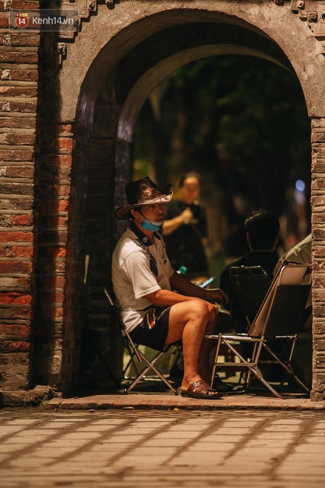 Ảnh: Trời vào Thu mát mẻ, người Hà Nội vui vẻ dạo chơi sau khi phố đi bộ hoạt động trở lại - ảnh 24