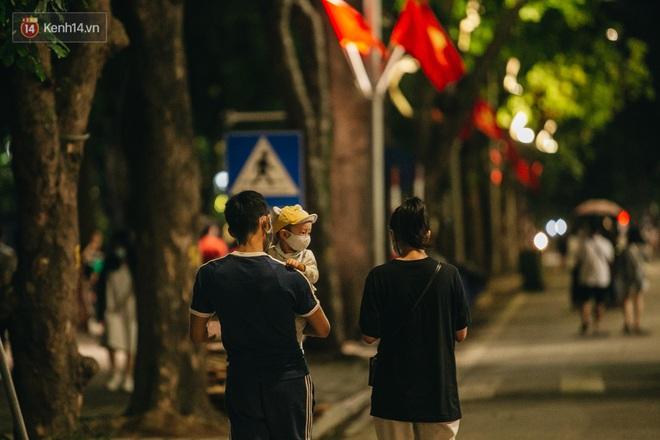 Ảnh: Trời vào Thu mát mẻ, người Hà Nội vui vẻ dạo chơi sau khi phố đi bộ hoạt động trở lại - ảnh 10