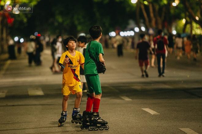 Ảnh: Trời vào Thu mát mẻ, người Hà Nội vui vẻ dạo chơi sau khi phố đi bộ hoạt động trở lại - ảnh 22
