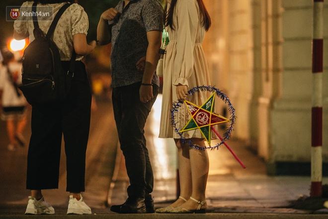 Ảnh: Trời vào Thu mát mẻ, người Hà Nội vui vẻ dạo chơi sau khi phố đi bộ hoạt động trở lại - ảnh 14