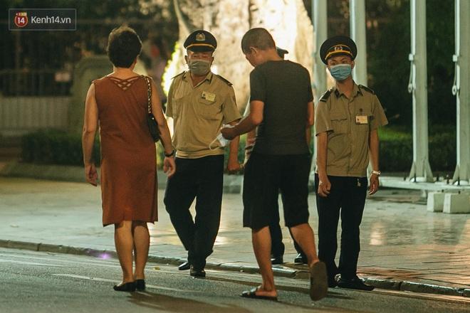 Ảnh: Trời vào Thu mát mẻ, người Hà Nội vui vẻ dạo chơi sau khi phố đi bộ hoạt động trở lại - ảnh 2
