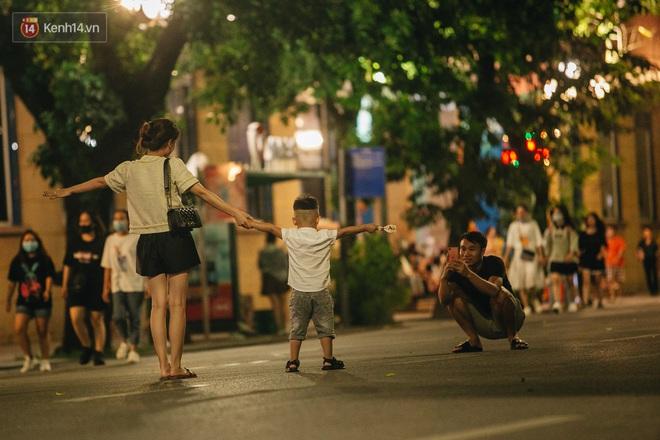 Ảnh: Trời vào Thu mát mẻ, người Hà Nội vui vẻ dạo chơi sau khi phố đi bộ hoạt động trở lại - ảnh 13