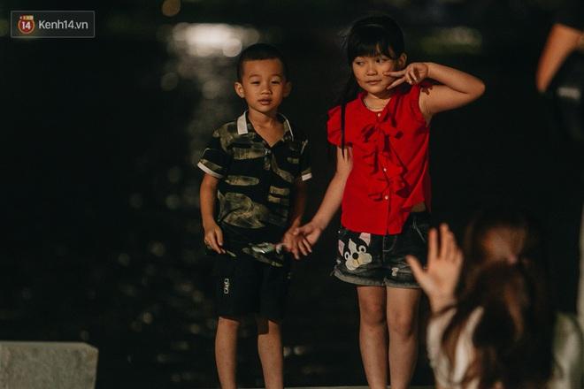 Ảnh: Trời vào Thu mát mẻ, người Hà Nội vui vẻ dạo chơi sau khi phố đi bộ hoạt động trở lại - ảnh 12