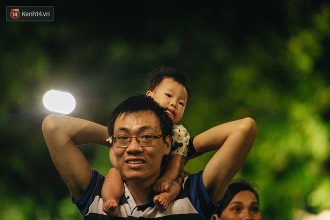Ảnh: Trời vào Thu mát mẻ, người Hà Nội vui vẻ dạo chơi sau khi phố đi bộ hoạt động trở lại - ảnh 11