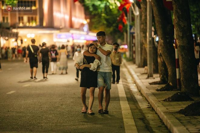 Ảnh: Trời vào Thu mát mẻ, người Hà Nội vui vẻ dạo chơi sau khi phố đi bộ hoạt động trở lại - ảnh 17