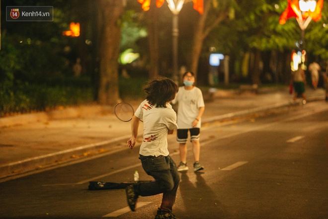 Ảnh: Trời vào Thu mát mẻ, người Hà Nội vui vẻ dạo chơi sau khi phố đi bộ hoạt động trở lại - ảnh 7