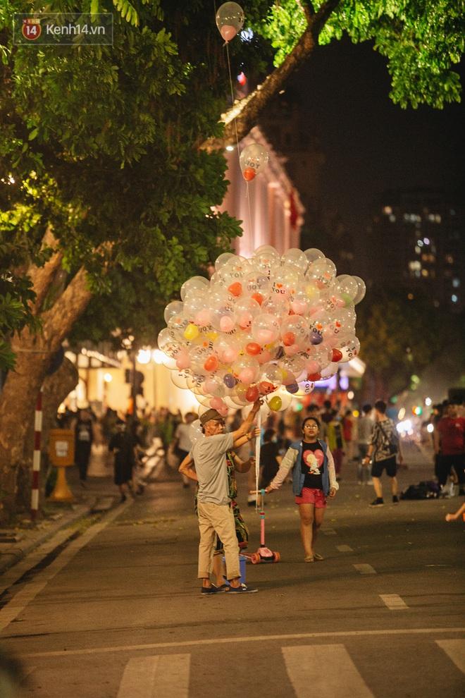 Ảnh: Trời vào Thu mát mẻ, người Hà Nội vui vẻ dạo chơi sau khi phố đi bộ hoạt động trở lại - ảnh 5