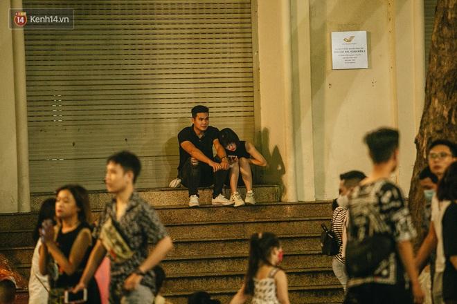 Ảnh: Trời vào Thu mát mẻ, người Hà Nội vui vẻ dạo chơi sau khi phố đi bộ hoạt động trở lại - ảnh 16
