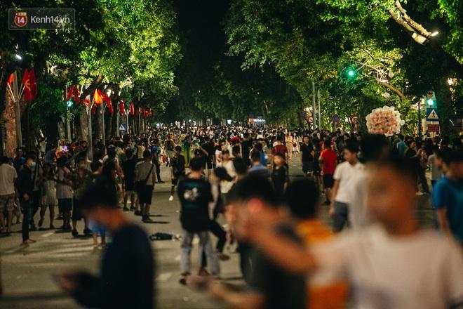 Ảnh: Trời vào Thu mát mẻ, người Hà Nội vui vẻ dạo chơi sau khi phố đi bộ hoạt động trở lại - ảnh 1