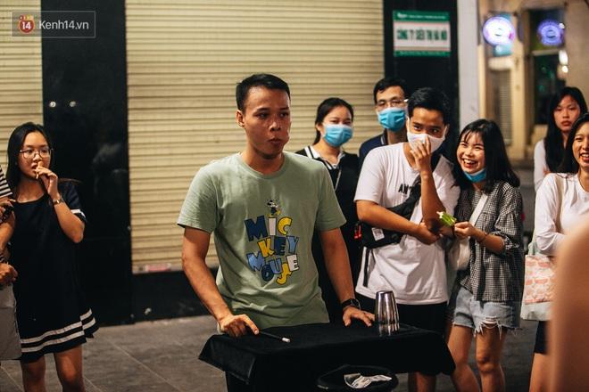Ảnh: Trời vào Thu mát mẻ, người Hà Nội vui vẻ dạo chơi sau khi phố đi bộ hoạt động trở lại - ảnh 27
