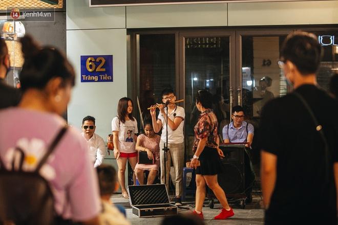 Ảnh: Trời vào Thu mát mẻ, người Hà Nội vui vẻ dạo chơi sau khi phố đi bộ hoạt động trở lại - ảnh 26