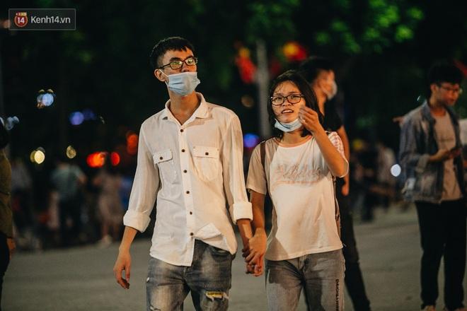 Ảnh: Trời vào Thu mát mẻ, người Hà Nội vui vẻ dạo chơi sau khi phố đi bộ hoạt động trở lại - ảnh 19