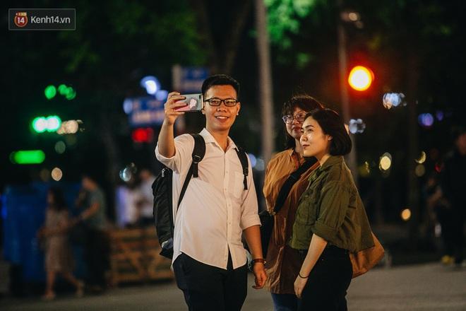 Ảnh: Trời vào Thu mát mẻ, người Hà Nội vui vẻ dạo chơi sau khi phố đi bộ hoạt động trở lại - ảnh 18