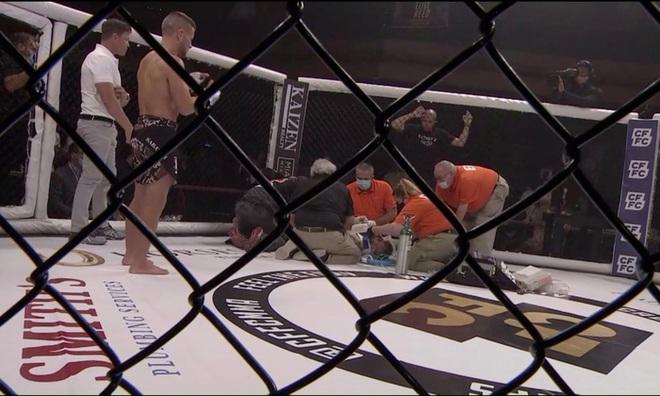 Dính phải những cú đòn liên tiếp của đối thủ, võ sĩ rơi vào trạng thái mất nhận thức, phải rời khỏi sàn đấu bằng cáng - ảnh 1