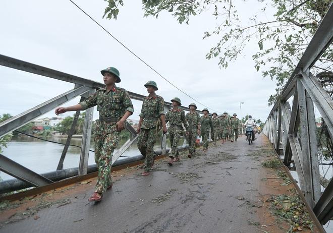 Quân đội Huế khẩn trương dọn dẹp, khắc phục sự cố sau bão số 5 để học sinh sớm trở lại lớp học - ảnh 3