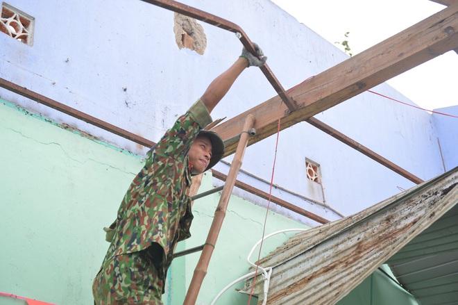 Quân đội Huế khẩn trương dọn dẹp, khắc phục sự cố sau bão số 5 để học sinh sớm trở lại lớp học - ảnh 2