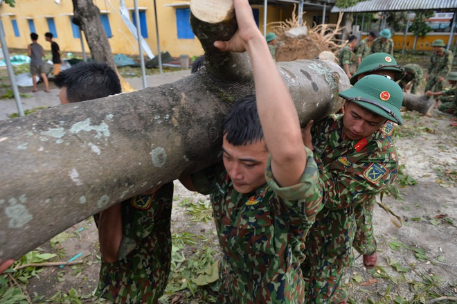 Quân đội Huế khẩn trương dọn dẹp, khắc phục sự cố sau bão số 5 để học sinh sớm trở lại lớp học - ảnh 6