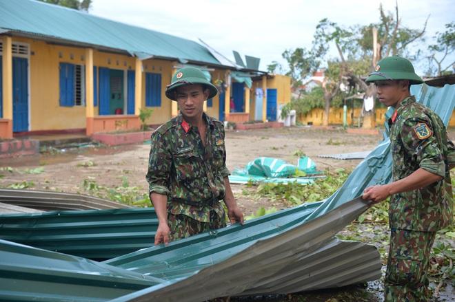 Quân đội Huế khẩn trương dọn dẹp, khắc phục sự cố sau bão số 5 để học sinh sớm trở lại lớp học - ảnh 5