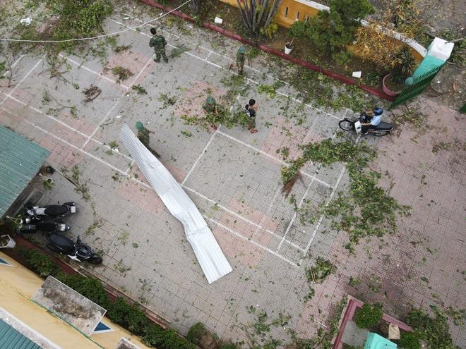Quân đội Huế khẩn trương dọn dẹp, khắc phục sự cố sau bão số 5 để học sinh sớm trở lại lớp học - ảnh 12