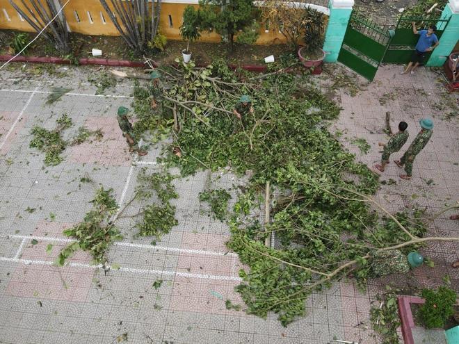 Quân đội Huế khẩn trương dọn dẹp, khắc phục sự cố sau bão số 5 để học sinh sớm trở lại lớp học - ảnh 11