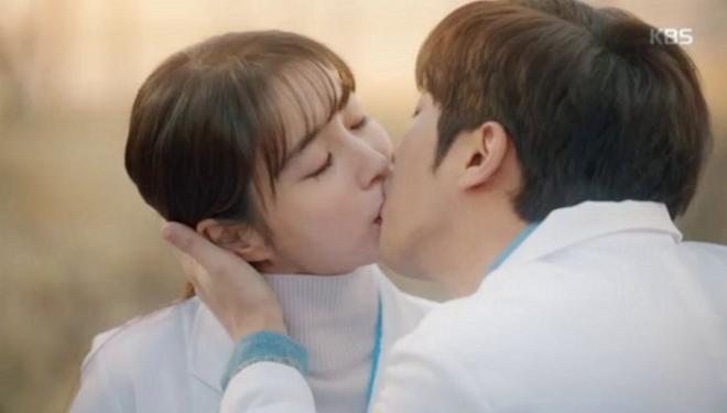 Không phải ông xã Lee Byung Hun, quý tử nhỏ mới là người lo lắng nhất khi thấy mỹ nhân Vườn Sao Băng đóng cảnh hôn - ảnh 1