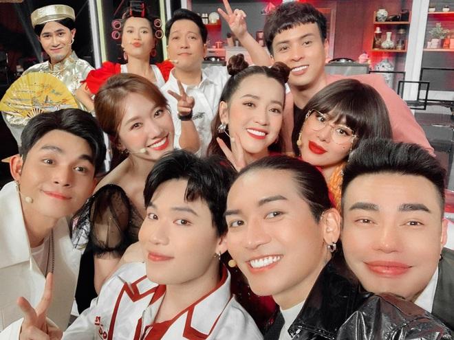 Cả Vbiz hội ngộ trong một khung hình: Trường Giang - Hari Won nhường spotlight cho màn ké ảnh giả trân của Huỳnh Lập - ảnh 1