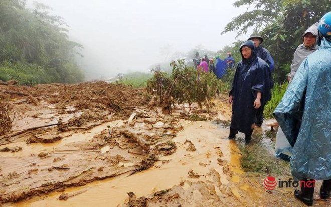 Mưa lớn, sạt lở đất, bản làng biên giới Nghệ An bị cô lập, 1 người tử vong - ảnh 4