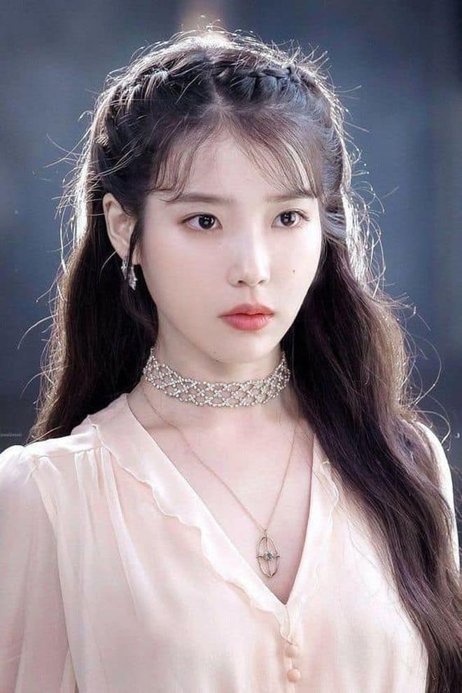 Kiểu tóc quen thuộc hay bị chê sến nhưng Irene, IU diện lên lại đẹp sang như nữ thần - ảnh 3