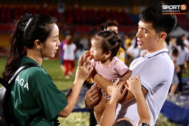 Đình Trọng bị con gái Bùi Tiến Dũng đánh yêu, phải trả vội cháu về cho Khánh Linh bế - ảnh 2