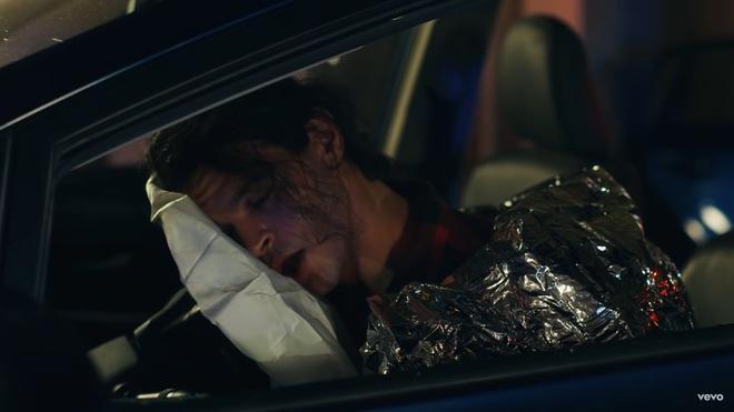 Giải mã MV 911: Lady Gaga là nạn nhân tai nạn giao thông, các nhân vật kì quái xuất hiện không hề ngẫu nhiên! - ảnh 14