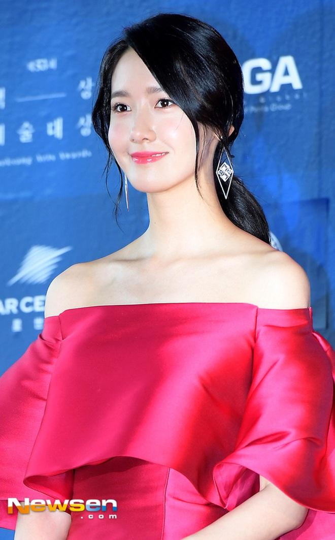 Clip quay vội Yoona (SNSD) ở Baeksang 2017 hot lại vì bữa tiệc visual đỉnh cao, ai dè chị đẹp Son Ye Jin giành luôn spotlight - ảnh 5
