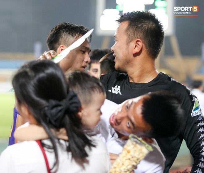 Hình ảnh đàn anh Duy Mạnh cần mẫn đứng quạt cho vợ và con gái, mặc kệ đồng đội ở Hà Nội FC ăn mừng - ảnh 4