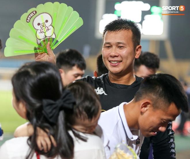 Hình ảnh đàn anh Duy Mạnh cần mẫn đứng quạt cho vợ và con gái, mặc kệ đồng đội ở Hà Nội FC ăn mừng - ảnh 3