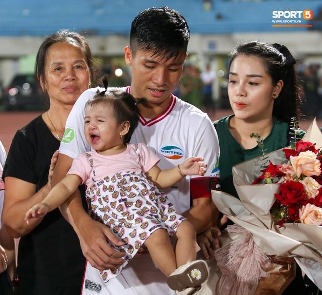Hình ảnh đàn anh Duy Mạnh cần mẫn đứng quạt cho vợ và con gái, mặc kệ đồng đội ở Hà Nội FC ăn mừng - ảnh 6