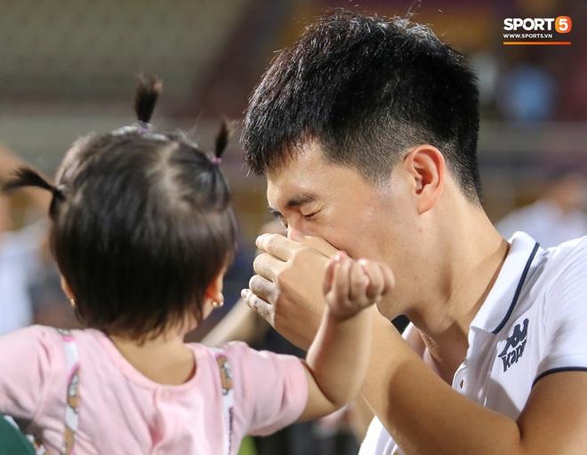 Hình ảnh đàn anh Duy Mạnh cần mẫn đứng quạt cho vợ và con gái, mặc kệ đồng đội ở Hà Nội FC ăn mừng - ảnh 8