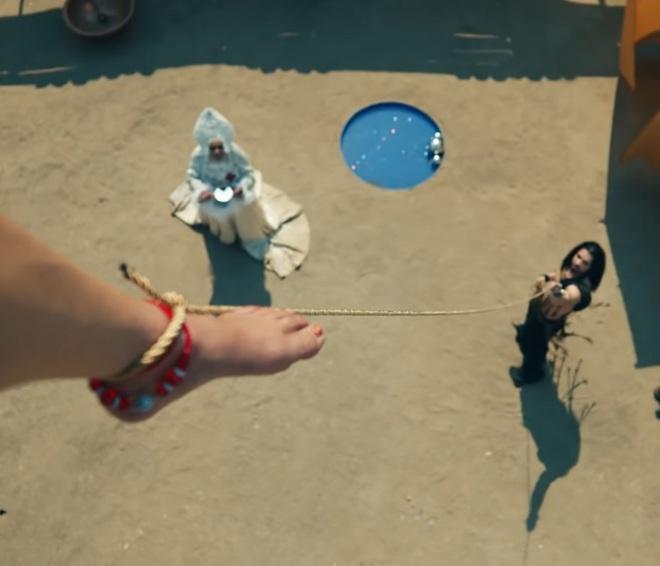 Giải mã MV 911: Lady Gaga là nạn nhân tai nạn giao thông, các nhân vật kì quái xuất hiện không hề ngẫu nhiên! - ảnh 24