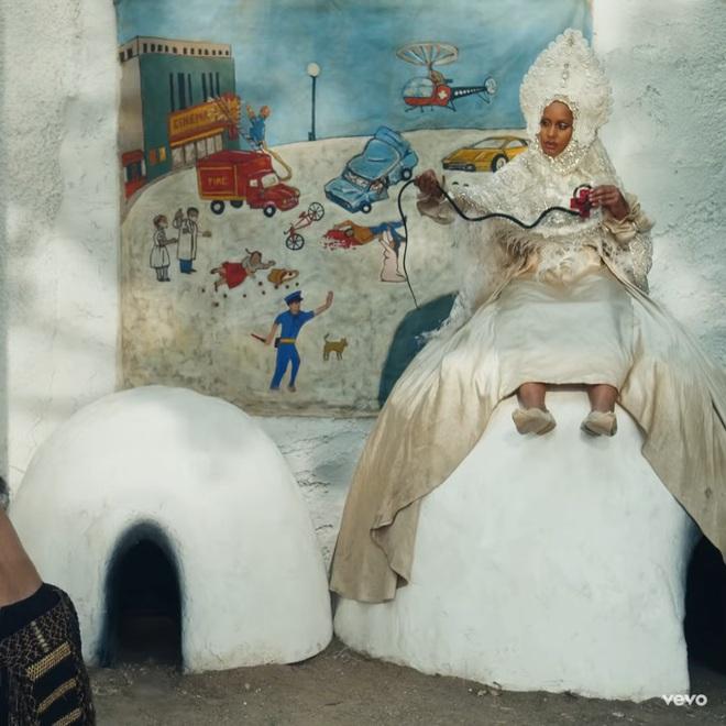 Giải mã MV 911: Lady Gaga là nạn nhân tai nạn giao thông, các nhân vật kì quái xuất hiện không hề ngẫu nhiên! - ảnh 28