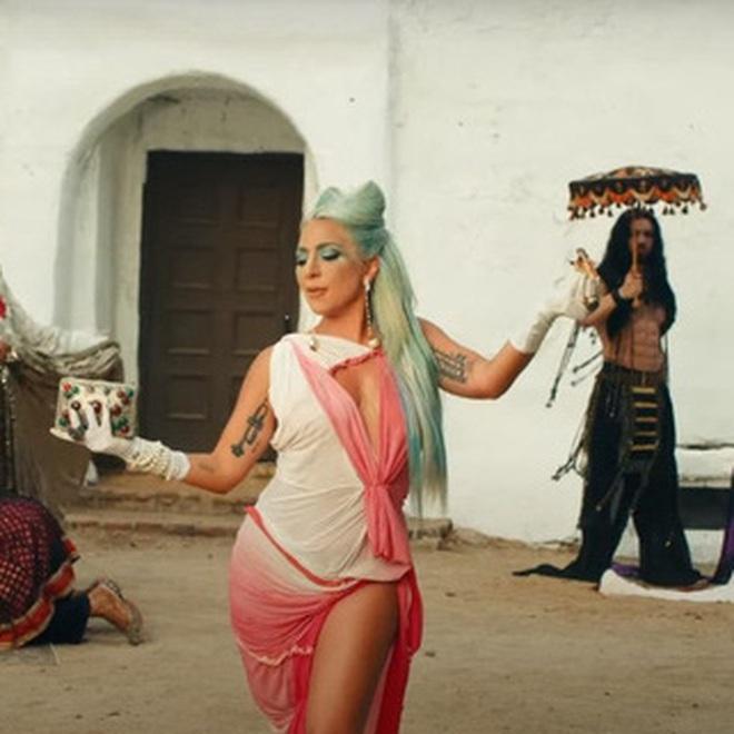 Giải mã MV 911: Lady Gaga là nạn nhân tai nạn giao thông, các nhân vật kì quái xuất hiện không hề ngẫu nhiên! - ảnh 21