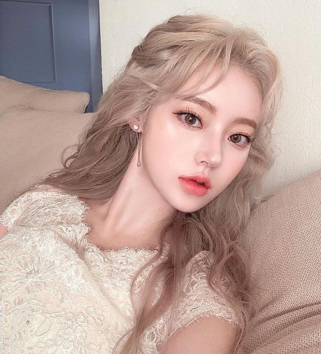 Kiểu tóc quen thuộc hay bị chê sến nhưng Irene, IU diện lên lại đẹp sang như nữ thần - ảnh 12