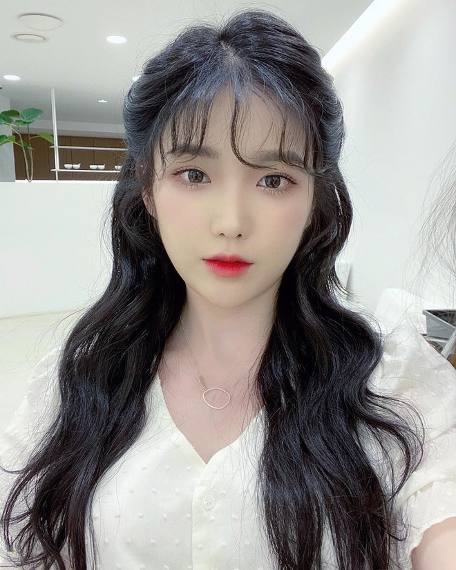 Kiểu tóc quen thuộc hay bị chê sến nhưng Irene, IU diện lên lại đẹp sang như nữ thần - ảnh 10