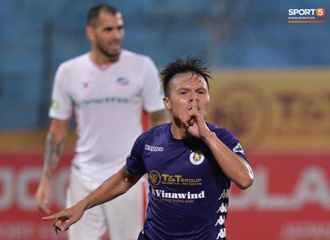 Hình ảnh đàn anh Duy Mạnh cần mẫn đứng quạt cho vợ và con gái, mặc kệ đồng đội ở Hà Nội FC ăn mừng - ảnh 10