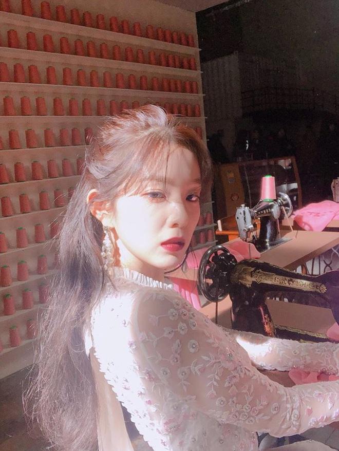 Kiểu tóc quen thuộc hay bị chê sến nhưng Irene, IU diện lên lại đẹp sang như nữ thần - ảnh 7