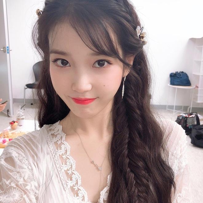 Kiểu tóc quen thuộc hay bị chê sến nhưng Irene, IU diện lên lại đẹp sang như nữ thần - ảnh 6