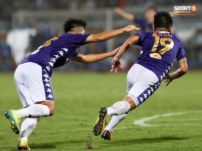 Quang Hải bẻ lái đột ngột khi ăn mừng bàn thắng khiến đồng đội ngã dúi dụi hài hước - ảnh 1