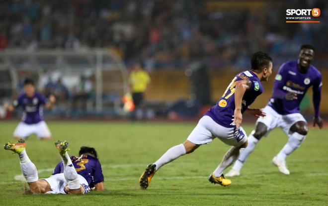 Quang Hải bẻ lái đột ngột khi ăn mừng bàn thắng khiến đồng đội ngã dúi dụi hài hước - ảnh 3